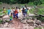 Đến trường mà chẳng có đường, hễ trời mưa là nghỉ học