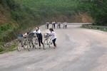 Đi học từ khi gà gáy, đường đến trường toàn dốc với đèo