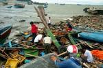 Hàng chục tàu cá bị sóng đánh chìm, nhiều ngư dân Quảng Bình trắng tay
