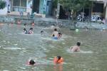 Gần 300 học sinh bơi lội trong giá rét: Sẽ rút kinh nghiệm