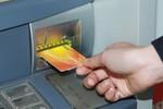 Bất bình ngân hàng thu phí thẻ ghi nợ nội địa vô lý