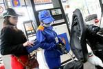 Giá xăng tiếp tục giảm gần 1.000 đồng/lít