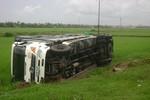 Xe tải bị mất lái lao xuống ruộng