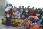 Hàng trăm người mang quan tài chặn cổng nhà máy xi măng Xuân Thành