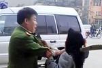 Clip: Người mặc sắc phục công an túm cổ áo cụ già lôi xềnh xệch