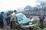 Tàu hỏa hất văng xe ô tô chở Giám đốc ngân hàng