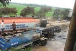 Xe téc bốc cháy dữ dội gần bể chứa xăng