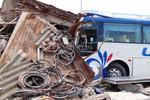 Xe khách tông sập nhà dân, 1 người chết