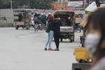 Nhiều người vẫn ra giữa phố chụp ảnh trong ngày đầu xử phạt người đi bộ vi phạm