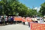Phụ huynh căng biển phản đối, đòi thanh tra trường Mầm non Quảng Thái