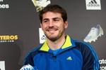 Iker Casillas bảnh bao khoe giày và găng tay mới