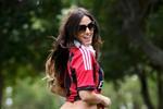 Nữ CĐV xinh đẹp khoe sắc ủng hộ Milan bắn hạ Barca