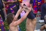 Puyol lột áo Valdes; Pique 'đánh nhau' với Fabregas