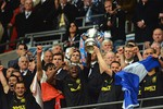 Thắng Man City, vô địch FA Cup và... xuống hạng