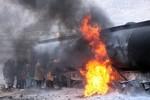 Dân Afghanistan liều mạng tranh lấy xăng từ xe bồn đang bốc cháy
