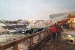 Nga: Máy bay chở khách đâm vào đường cao tốc