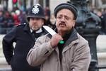 Video: Cầm dao đòi tự cứa cổ trước Điện Buckingham