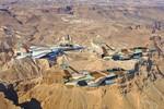 Máy bay Israel bắn pháo sáng trên không phận Li-băng