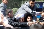 Tổng thống Iran bị ném giầy tại sân bay sau khi trở về từ Mỹ