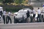 """Video: """"Xe điên"""" đâm sầm vào Nhà Trắng"""