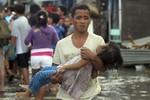 Video: 3.000 người Philippines tuyệt vọng chen lấn lên máy bay di tản