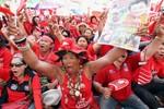 Phe áo đỏ Thái Lan dọa xuống đường áp đảo phe biểu tình chống CP