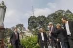 Video: Ngoại trưởng John Kerry thăm Nhà thờ Đức Bà
