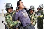 Nổ súng Tân Cương: Cảnh sát giải tán tụ họp bất hợp pháp bị đâm lại