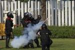 Cảnh sát Thái Lan nổ súng, bắn hơi cay người biểu tình định phá rào