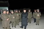 Kim Jong-un thị sát diễn tập nhảy dù đêm tại sân bay dân sự