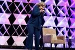 Video: Hillary Clinton bị ném giày khi đang diễn thuyết ở Las Vegas