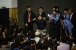 Chìm phà: Người nhà tấn công cảnh sát, giáo viên quỳ xin lỗi phụ huynh
