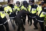 Đắm phà: Cảnh sát chặn thân nhân gặp Tổng thống, Triều Tiên im lặng