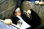 Video: Nghị sĩ Quốc hội Ukraine bị ném vào thùng rác