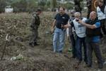 Hàng chục thi thể thường dân trong các ngôi mộ tập thể ở Donetsk