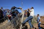 Dân Thổ Nhĩ Kỳ phá hàng rào biên giới giúp người Kurd chạy trốn IS