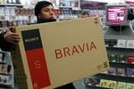 """Người Nga đổ xô mua sắm hàng xa xỉ để """"cứu"""" tiền của mình"""