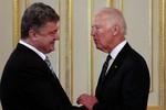 Poroshenko thảo luận về tình hình ở Donbass với Biden