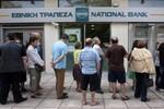 Hy Lạp: Dân rút tiền ồ ạt, ngân hàng đóng cửa