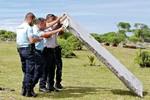 Sky News: Tìm thấy thêm mảnh vỡ cửa máy bay trên đảo của Pháp