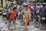 Chùm ảnh: Phụ huynh cõng con lội nước đến trường giữa thủ đô