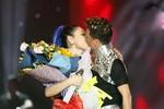 Đàm Vĩnh Hưng bất ngờ hôn Thanh Thảo say đắm trên sân khấu