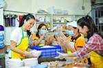 Trương Ngọc Ánh vào bếp nấu ăn, bán cơm 2.000 đồng/suất
