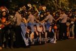 Fan Việt đeo khẩu trang kín sân bay đón thần tượng Hàn lúc nửa đêm