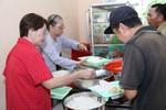 Clip: Một ngày cùng danh ca Phương Dung với quán cơm cho người nghèo