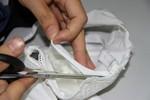 """Cận cảnh: """"Giải phẫu"""" áo ngực Trung Quốc lôi ra những túi chất lạ"""