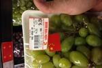 Nho Big C dán cờ Trung Quốc mua tại chợ... Long Biên