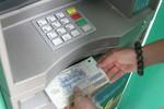 Mất tiền vì để quên thẻ ATM trong máy