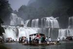 Cảnh buôn bán hàng Việt Nam tấp nập dưới chân Thác Bản Giốc