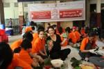 Lãnh sự Nam Phi cùng sinh viên gói bánh chưng tặng người nghèo đón Tết